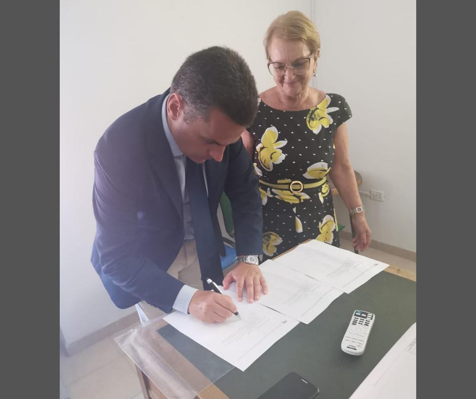 L'assessore Edy Bandiera firma la petizione Doc Pantelleria, sulla destra Rosanna Gabriele